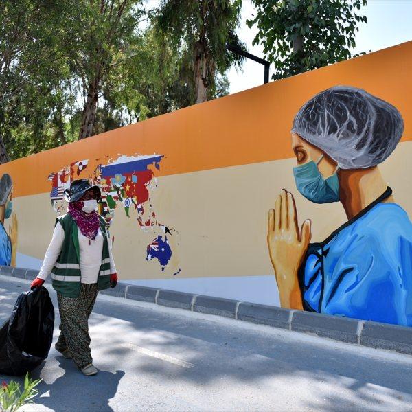 Mersin duvarlarında sağlık çalışanlarını yansıtan grafiti #1