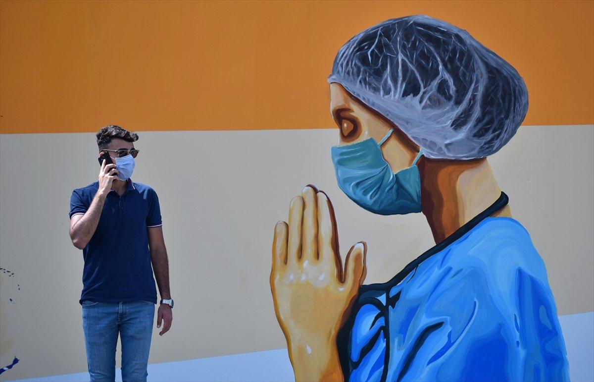 Mersin duvarlarında sağlık çalışanlarını yansıtan grafiti #5