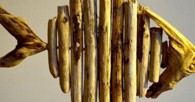 Sahilden topladığı ağaç parçalarını sanat eserine dönüştü
